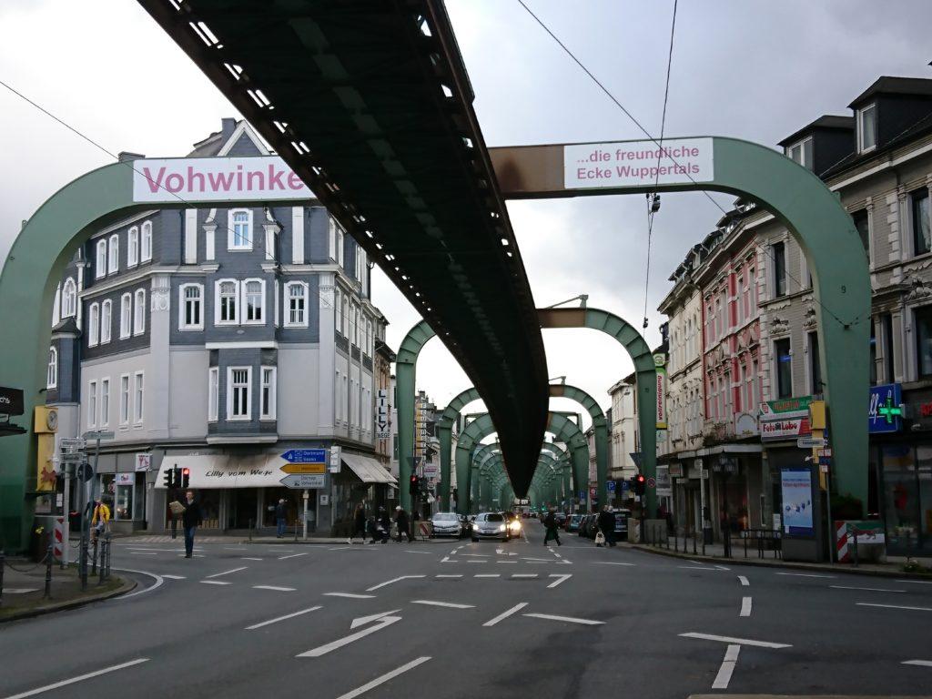 Blick entlang der Wuppertaler Schwebebahnstrecke über Land.