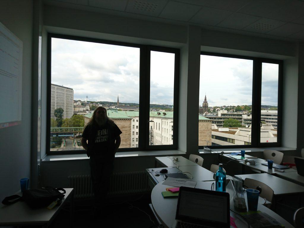 Wikipedia-Achim über den Dächern von Wuppertak