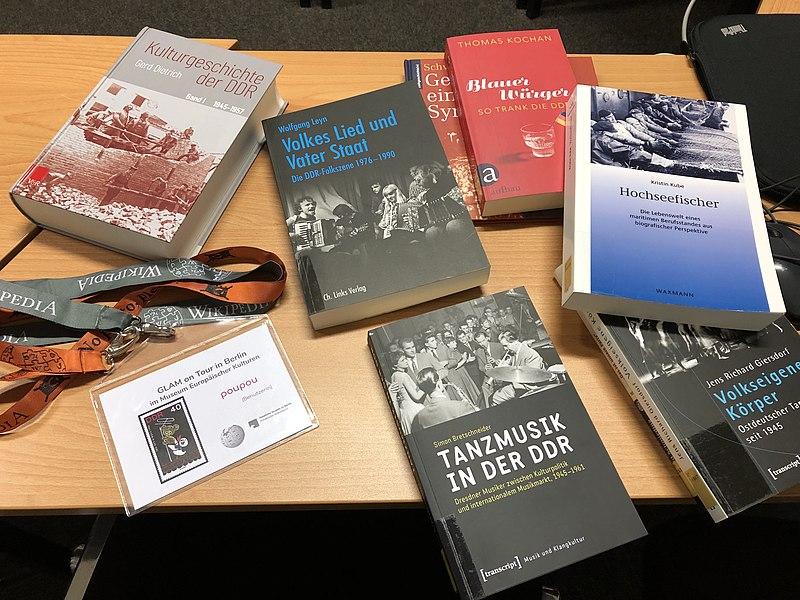 """Einige Bücher aus dem Literaturapparat auf dem Tisch. Unter anderem """"Volkies Lied und Vater Staat"""", """"Tanzmusik in der DDR"""" und """"Kulturgeschichte der DDR"""""""