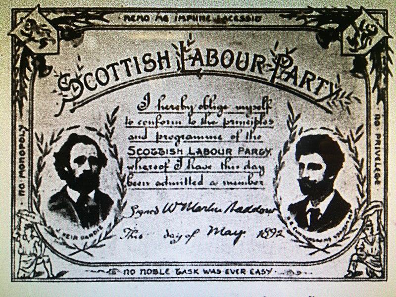 Mitgkiedausweis der Scottish Labour Party von 1889. In aufwendiger typographischer Gestaltung mit Rahmen und dem Bild zweier bärtiger Männer.