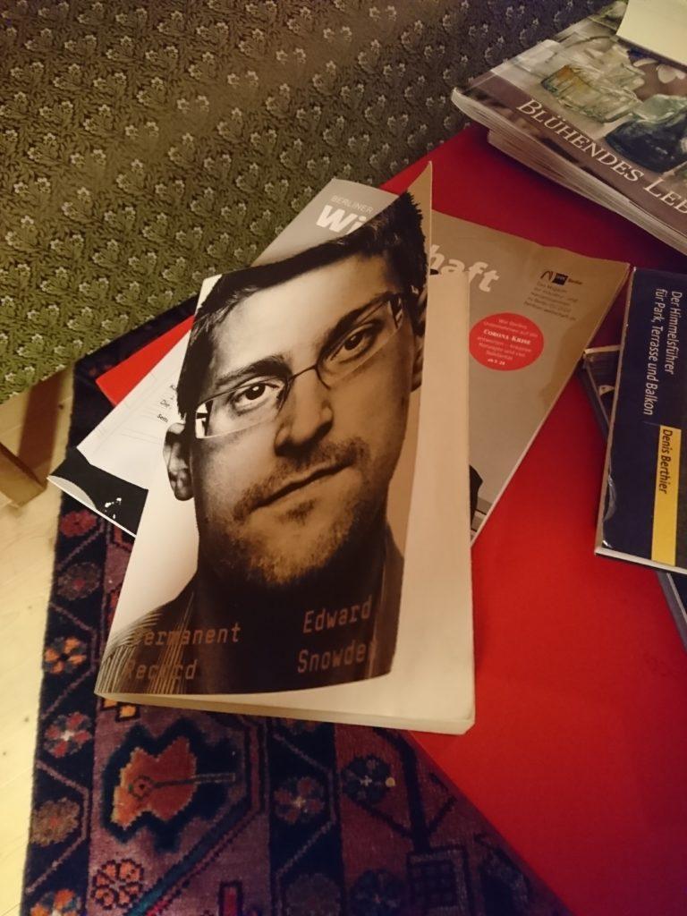 Edward Snowdens Permanent Record auf dem Lesetisch