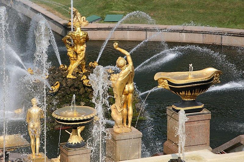 Küchenarmatur in der Datscha (Symbolbild) / Barocke Wasserspiele im Schlosspark Peterhof